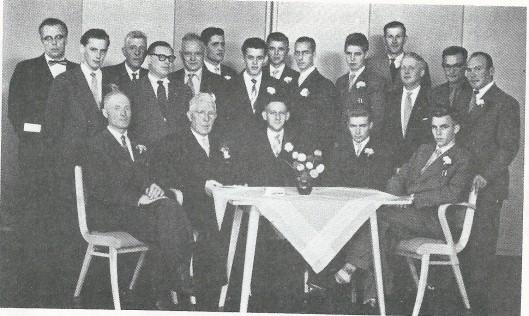 In 1957 is het 40-jarig bestaan van damvereniging Sint Bavo op 22 september herdacht in het gebouw 'Nieuw Berkenrode'. Zittend v.l.n.r. N.J.Zoomer, B.H.M.Stevens, F.Langeveld, P.J.Beliën (bestuursleden). Staand: J.Veen, J.Oorthuis, J.Stevens, L.van Steenbergen, J. de Rooij, N. van der Meer, C. Beliën, H.Beliën, E.van Leuffen, J. Beliën, H.Willemse, J.Draaijer, H.van Rooijen en J.H.Otte.