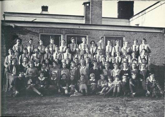 Een foto uit 1932 van de Graal, afdeling Heemstede, waarbij ook de Kruiskinderen zijn vertegenwoordigd. De Graal-meisjes zijn herkenbaar aan hun uniform.
