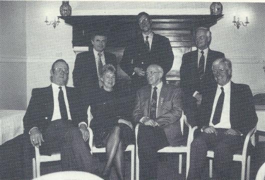 Het bestuur van Heemstede's Belang bij het 75-jarig bestaan. Staand v.l.n.r. P.van Poelgeest, J.C.Hoedeman en C.nan. Zittend v.l.n.r. voorzitter G.J.Hoogland, mevrouw H.C.Romviel-Volkers, R.Stegeman (zojuist geridderd) en Th.Dekker. Mevrouw H.Krijger ontbreekt.