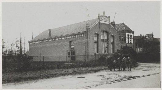 Het Verenigingsgebouw en helemaal rechts de Sint Jozefschool voor jongens, 1925 (NHA)