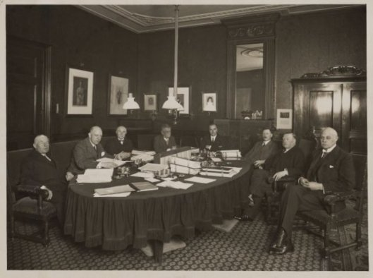 Bestuurscollege Provincie Noord-Holland in Haarlem, 1930. V.l.n.r.: P.J.M.Verschure, mr.A.Bruch, D.Kooiman, A.H.Gerhard, mr.J.B.Bomans, A.W.Michiels, jht.mr.dr.A.Roell (commissaris van de Koningin), mr.S.H.Vening Meinesz (griffier).