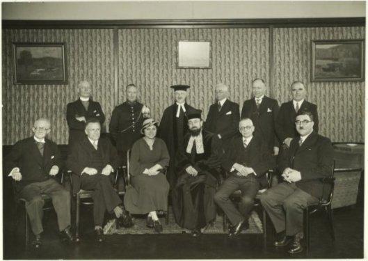 Genodigden bij de installatie in 1937 van Philip Frank als opperrabbijn van Noord-Holland. Eerste rij van links naar rechts: Van Voolen, B.J.Chapon, mw.D.Frank-Dünner, Philip Frank (opperrabbijn), A.De Lieme Bzn., G.Jacobs. Staande v.l.n.r.: E.H.Tenckinck (commissaris van politie), Overste Steens van der Aa (garnizoenscommandant Haarlem), rabbijn George de Lange, B.van Liempt (locoburgemeester van Haarlem), M.A.Reinalda (wethouder), mr.J.B.Bomans (plaatsvervangend commissaris van de Koningin in Noord-Holland)