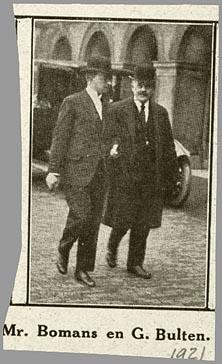 Parlementslid mr.J.B.Bomans (links) met de katholieke onderwijsman G. Bulten (1871-1955) op het Binnenhof in 1921.