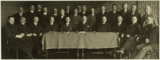 Bestuur van r.k. bank en middenstandsvereniging de Hanze in 1935. Staande vijfde van links mr.J.B.Bomans