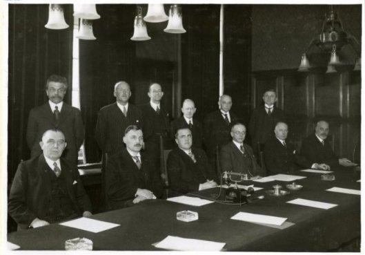 Installatie van de hypotheekcommissie op het departement van Economische Zaken. V.l.n.r.staande: F.E.H.Ebels, jhr.mt.G.W.van der Does, mr.Th.L.van Berckel, prof.mr.dr.I.B.Cohen, mr.B.de Gaay Fortman, Chr. van den Heuvel. Zittend: F.M.B..., mr.dr.J.Donner. minister mr.M.P.L.Steenhage, mr.dr.A.A.van Rhijn, mr. T.R.J.Weyers en prof.mr.dr.S.van Bakel. (Europeana)