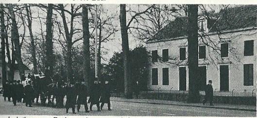 De begrafenisstoet komende van St.Bavokerk passeert huize Berkenrode op weg naar kerkhof St.Bavo in Haarlem-Noord