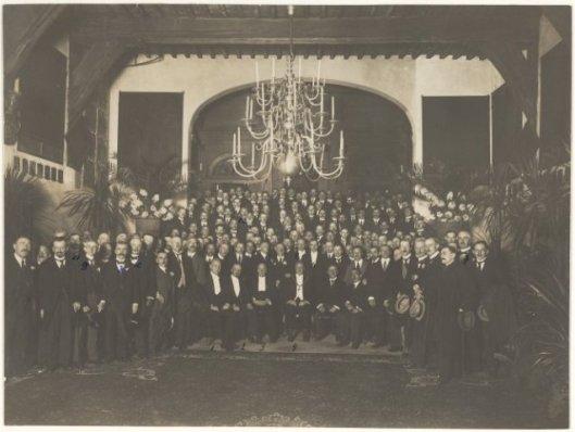 Middenstandscongres 1925 tijdens ontvangst in de Gravenzaal van het Stadhuis Haarlem. Vooraan zittend v.l.n.r. wethouder mr. Heerkens Tijssen, oud-burgemeester Joh.de Breuk, burgemeester Sandberg. Daarachter rechts staande gedeputeerde mr.J.B.Bomans.