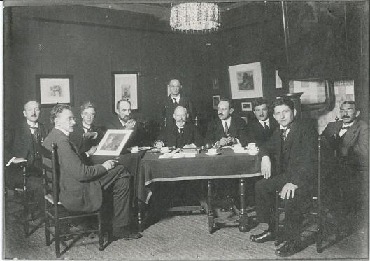 Bestuur van KZOD in 1922 bijeen. Van links naar rechts: Hendrik van Borssum Buisman, Post, Reinier Heiloo, Henri Boot, (de zaal bediende staand), voorzitter A.L.Koster, secretaris Adriaan Miolée, Hendrik Jan Wesseling, Jan Wiegman en Herman Heuff.