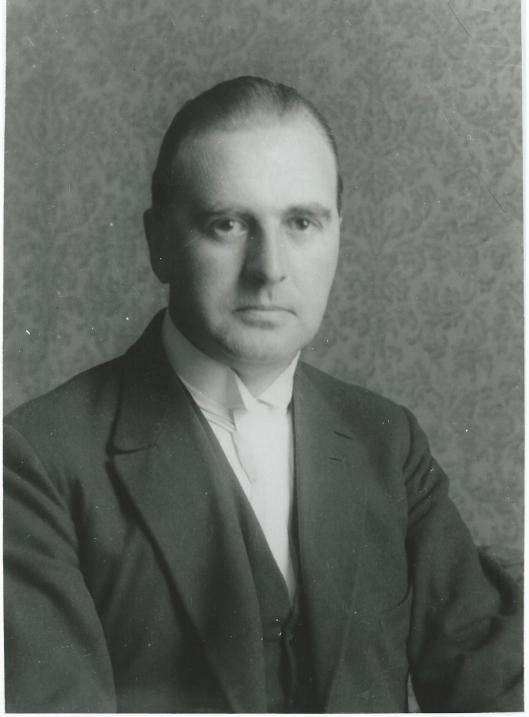 Staatsiefoto van mr.J.B.Bomans, de man met de witte das.