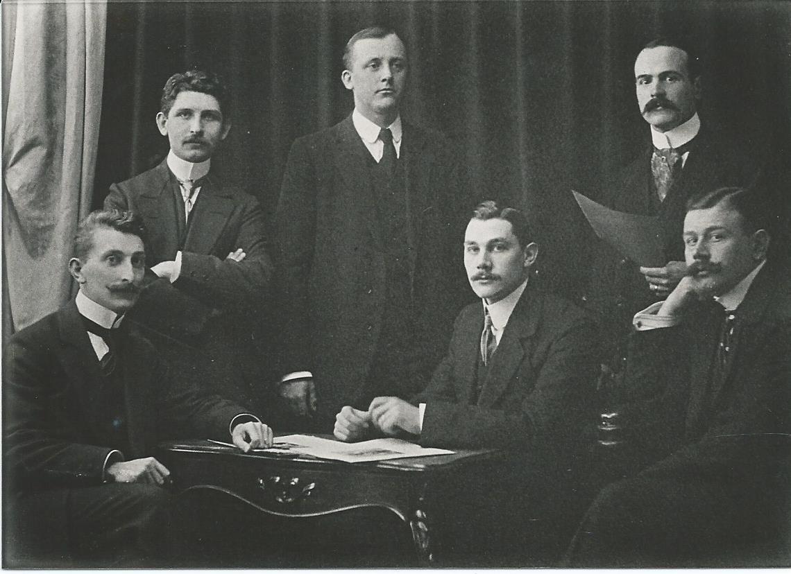 Een jonge Jan Wiegman, tweede van links, werkzaam bij de kunstfirma Buffa onder leiding van J,Slagmolen