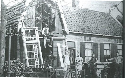 Foto uit de jaren twintig van de eerste 'drukkerij' van De Nieuwe Meerbode: een schuur van de heer Luik aan de Aalsmeerderdijk. Hier is van 1888 tot 1892 de krant gedrukt.