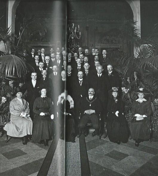 Installatie van burgemeester C.Maarschalk 16 juni 1919. Op de tweede ruij staat links wethouder mr.J.B.Bomans [Uit boek Wim Cerutti, het stadhuis van Haarlem].