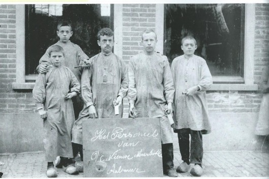 Het personeel van de Nieuwe Meerbode op een afbeelding uit 1905. Helemaal links Karel Wesselius die in totaal 53 jaar in dienst was ten slotte als bedruijfsleider