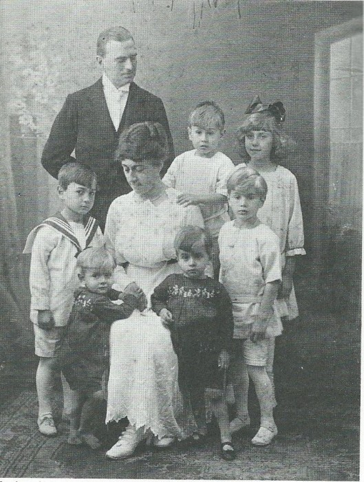 De familie Bomans in 1918. V.l.n.r.: Herman Jan Olaf, 13 maart 1912 (in 1921 overleden), Arnold Jan, 15 juni 1916 (latere pater Jan-Baptist), vader J.B.Bomans, moeder Bomans-Reynart, Jan Arnold, 30 mei 1915, Rex (Reginald) Peter Jozef, 2 mei 1914, Godfried Jan Arnold, 2 maart 1913 en Wally (Oswalda), 19 mei 1919 (de latere zuster Borromée