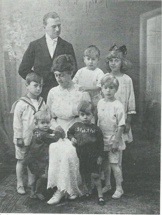 De familie Bomans in 1918. V.l.n.r.: Herman Jan Olaf, 13 maart 1912 (in 1921 overleden), Arnold Jan, 15 juni 1916 (latere pater Jan-Baptist), vader J.B.Bomans, moeder Bomans-Reynart, Jan Arnold, 30 mei 1915, Rex (Reginald) Peter Jozef, 2 mei 1914, Godfried Jan Arnold, 2 maart 1913 en Wally (Oswalda), 19 mei 1919 (de latere zuster Borromée