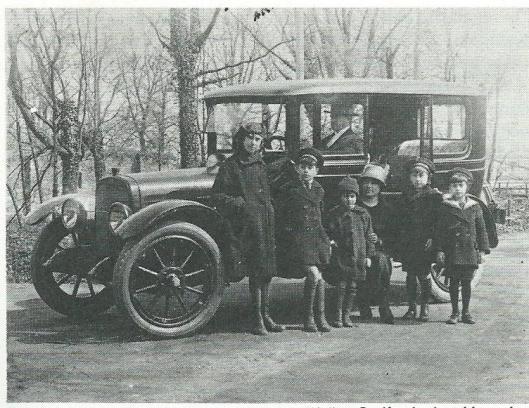 Mr.J.B.Bomans aan het stuur van zijn oude Chandler met v.l.n.r. Wally, Godfried, Arnold, moeder Bomans, Rex en Jan Bomans