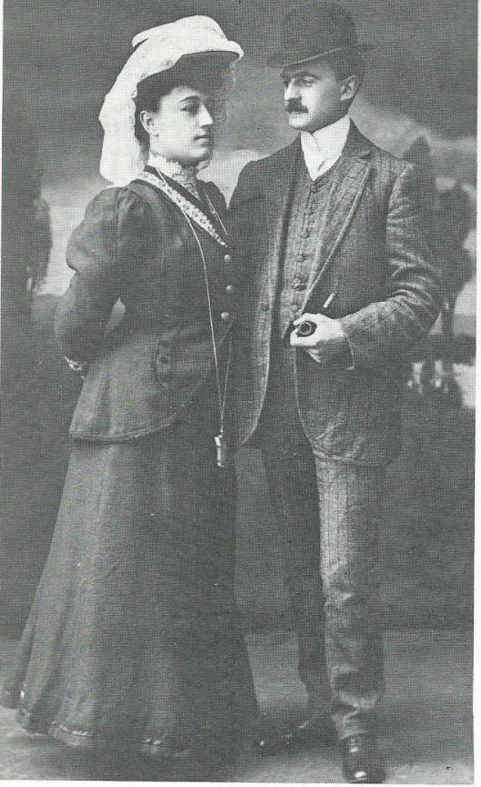 J.B. Bomans (met witte das) en zijn echtgenote Nols Reynart op huwelijksreis te Boppard, 15 juli 1908.