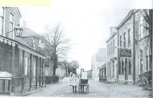 Ansichtkaart van de Dorpsstraat in Aalsmeer begin 20ste eeuw met rechts gebouw, zie uithangbord, van stoomdrukkerij De Meerbode, eigendom van Willem Mur
