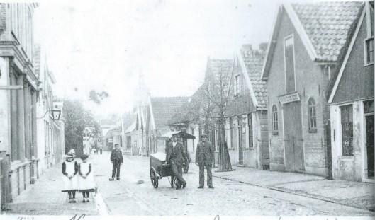 De Zijdwweg (later Zijdstraat) omstreeks 1900. In het tweede pand rechts bevond zich de drukkerij van De Nieuwe Meerbode van 1897 tot 1912 toen naar de Kanaalstaat is verhuisd.