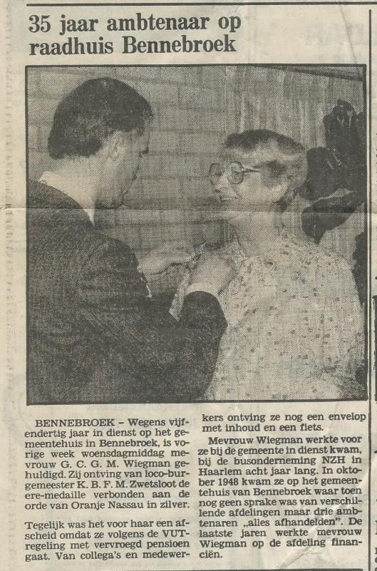 Dochter Georgine Wiegman afscheid nemende van de gemeente Bennebroek na 35 jaar