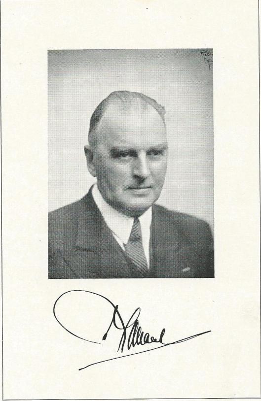 Foto van waarnemend commissaris van de koningin in Noord-Holland mr.J.B.Bomans met handtekening.