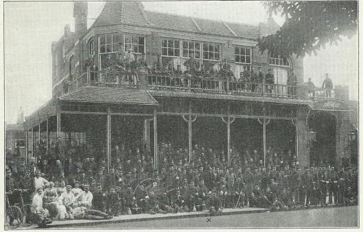 Inkwartiering tijdens de mobilisatie 1914 te Tilburg. Mr. Bomans (vooraan midden met kruisje) met de troep voor het gebouw Orpheus