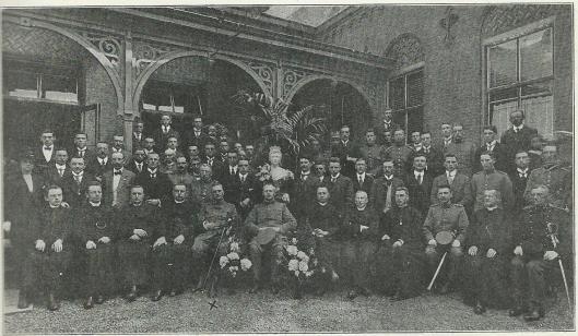 Mr.Bomans (midden staand links van beeld koningin) als deelnemer aan de Rooms-Katholieke Landdag te Breda.