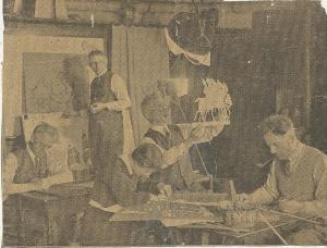 De Waagspelers op een krantenfoto. Staande: Jan Wiegman.