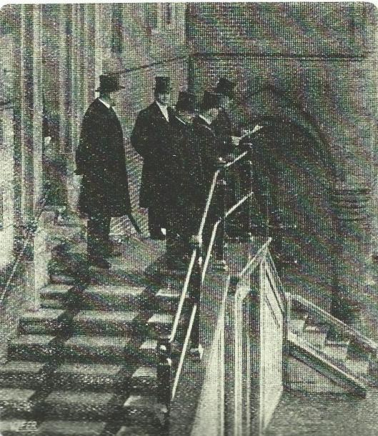 Op 22 december 1917 werd een wijziging in de grondwet op de trappen van het stadhuis in Haarlem afgekondigd door de gemeentesecretaris en in aanwezigheid van burgemeester en wethouders. In het midden kijkend richting camera wethouder mr.J.B.Bomans