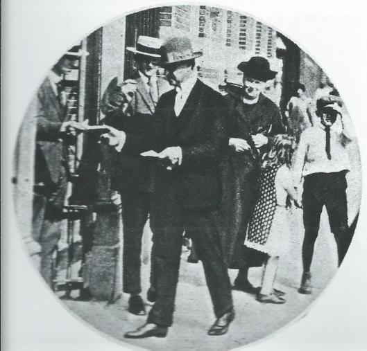Oud gemeentebestuurder mr.J.B.Bomans kreeg bij de betreding van het stembureau in Haarlem in 1925 een stembiljet in handen met opwekking om op Bomans te stemmen.