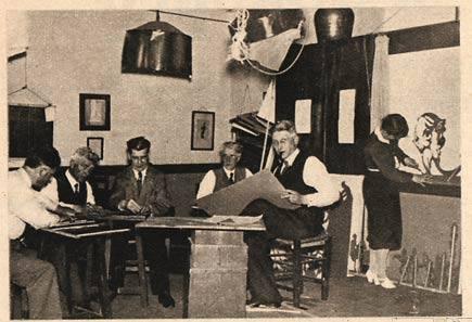 De Waaspelers aan het werk met het schimmenspel. Rechts zttend Jan Wiegman