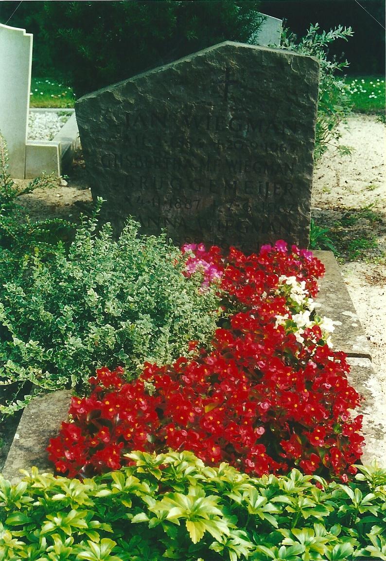 Het graf met steen Jan Wiegman op het r.k.kerkhof in Heemstede, dat in 2004 is geuimd.