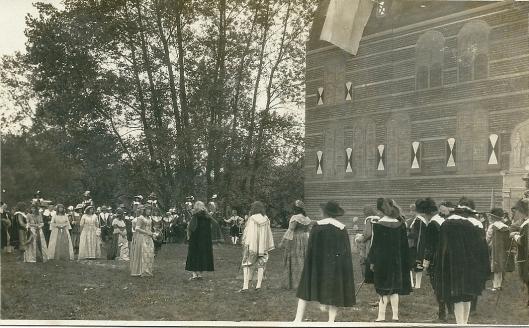 Op 15 september 1923 is het zilveren regeringsjubileum van koningin Wilhelmina gevierd met een historisch spel en nabouw van het Oude Slot in Groenendaal, artistiek voorbereid door Jan Wiegman.