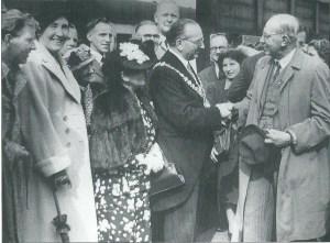 De ontvangst in 1949: burgemeester G.Purcell (links met ambtsketen) begroet zijn collega van Heemstede jhr. Van Doorn. In hun midden zien we hockeyster Tiny Verdonschot. De man die  letterlijk overal boven uitstak was wethouder R.Bakhuizen van den Brink