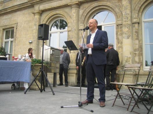 Sander Bisscheroux, die de Hanlo-plechtigheid inleidde, is samen met Jan Ersts en Gijs van Elk, van de organisatie 'Dichter in Beeld' inititatiefnemer geweest van het gedenkmonument in herinnering aan de letterkundige Jan Hanlo