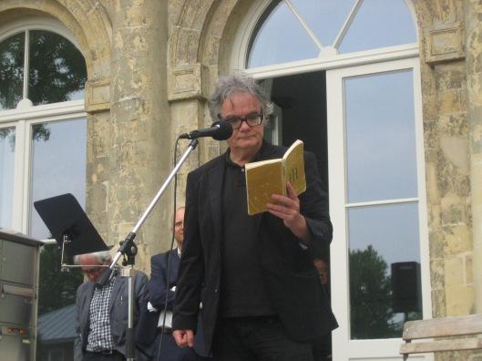 Componist Tom America uit Tilburg, een groot liefbebber van Hanlo, las voor uit zijn werk en liet ook muziek horen van het vers 'De Mus'