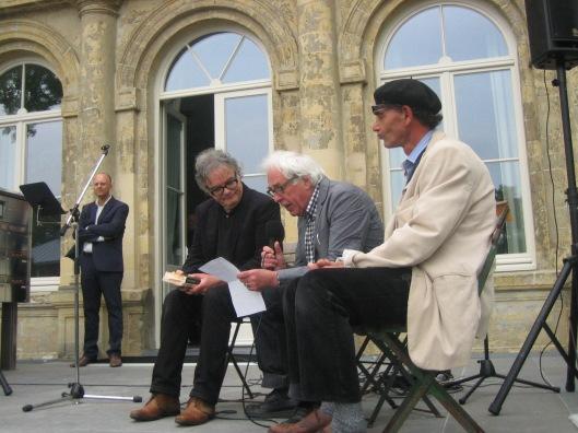 V.l.n.r. Sander Bisscheroux, Tom America, interviewer Hans op de Coul en steen- en beeldhouwer Tycho Flore uit St. Geertruid
