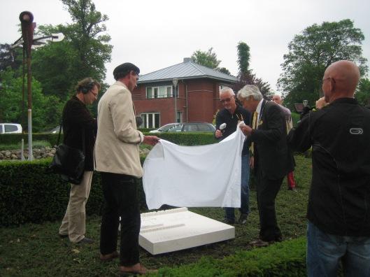 Burgemeester M.Eurlings van Valkenburg onthult samen met steenhouwer Tycho Flore het Jan Hanlo-monument