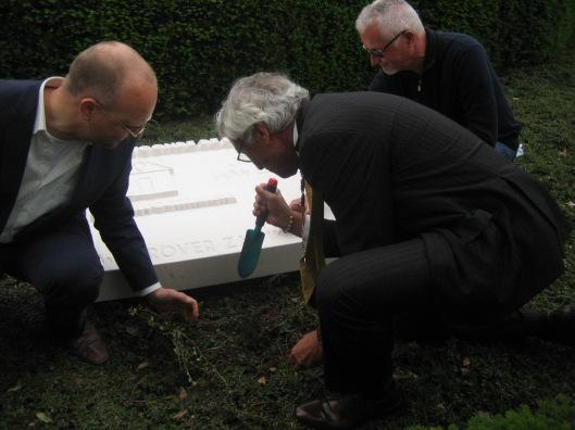 Burgemeester M.Eurlings plant een narcis voor de Jan Hanlo-gedenksteen. Links van hem Sander Bisscheroux van de Stichting Dichter in Beeld