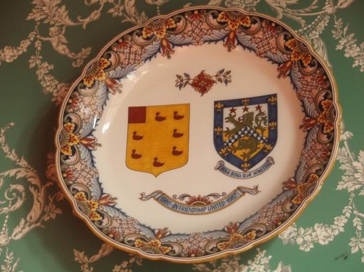 Een sierbord met de heraldische wapens van Heemstede en Royal Leamington Spa