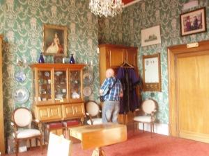 Frans van Bockel bekijkt aandachtig de memorabilia van Heemstede en andere zustersteden in de burgemeesterskamer van het stadhuis in Royal Leamington Spa