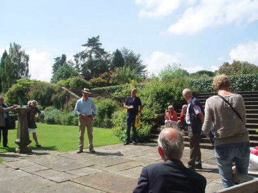 Uitleg door de baronet in de tuin van Tissing Hall