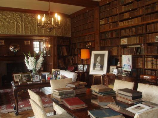 In de bibliotheek waar de baron na zijn drukke werkzaamheden tot rust komt