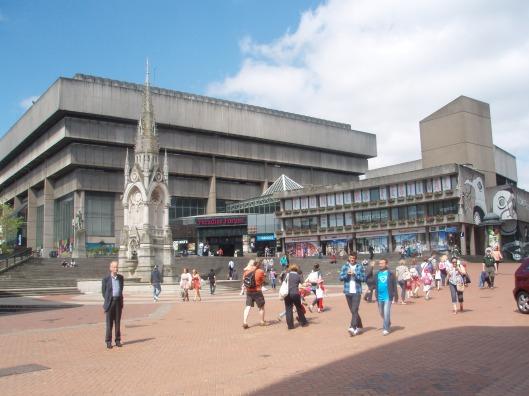 Hans Krol voor het kolossale gebouw van saai beton waar de bibliotheek van Birmingham van 1974 tot 2013 was gehuisvest. Nu in gebruik als winkelcentrum
