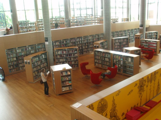 De nieuwe bibliotheek van Birmingham profileert zich als een cultureel centrum waar overigens op papier gedrukte boeken centraal blijven staan met ongeveer 1,5 miljoen exemplaren en nog eens een half miljoen in de filialen.