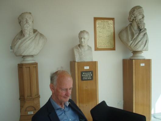 Overweldigd door alle indrukken kan men in de beeldengalerij op de hoogste verdieping van de bibliotheek met een boek tot rust. In dit geval onder het oog van de oudheidkundige William Harper. Wie kent hem niet?