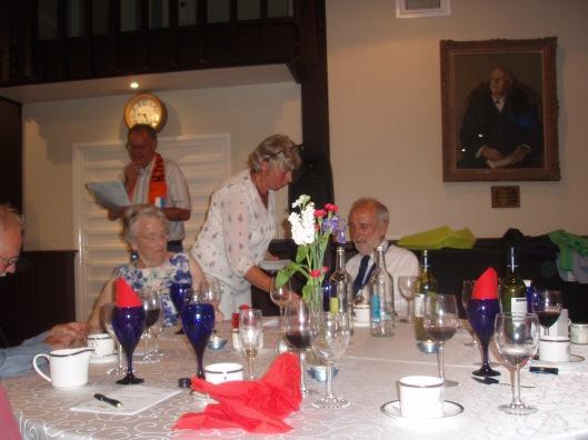 Anneke Tros reikte aan burgemeester de eerste onderscheiding aan in zijn nieuwe functie als burgemeester: een speld met het wapen van Heemstede