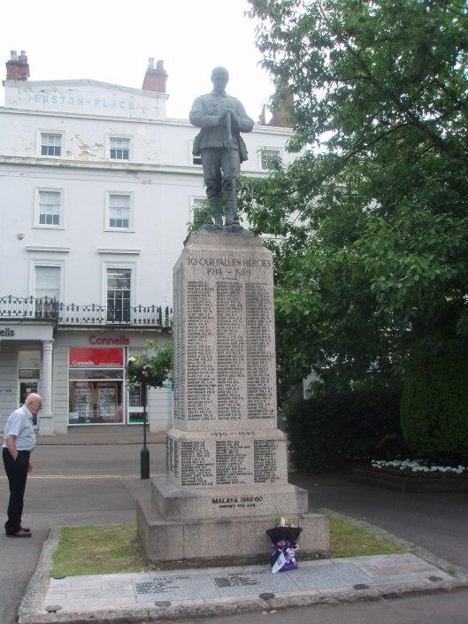 Een monument met alle namen van de gevallenen uit Leamington Spa tijdens de 1e en 2e wereldoorlog maar ook van andere oorlogen zoals in Korea en Falkland. Peter  Cantlay, woonachtig in Warwick, bekijkt de namen
