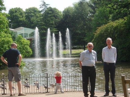 Voor de fontein in Jephson Garden