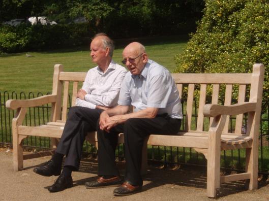 Hans Krol (links) en Peter Cantley, coördinator LIUFS voor Heemstede uitrustend op een bank in herinnering aan Joe Lieberman